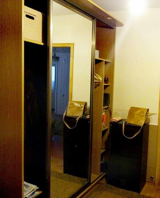 В коридоре шкаф-купе с большим зеркалом.