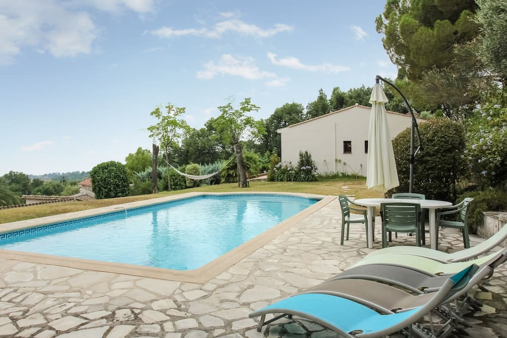 Relaxez-vous au bord de la piscine ou dans le hamac !