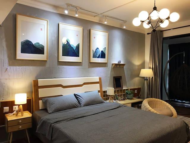 《桂林落舍》B5灰色调,桂林火车站,南溪山公园附近,落地窗大床房