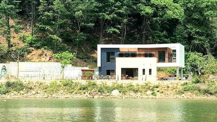 산과 호수 뷰가 아름다운 모던하우스  [윤슬재]