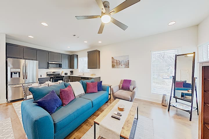 Stylish East Side Condo Near Downtown & Manor Road
