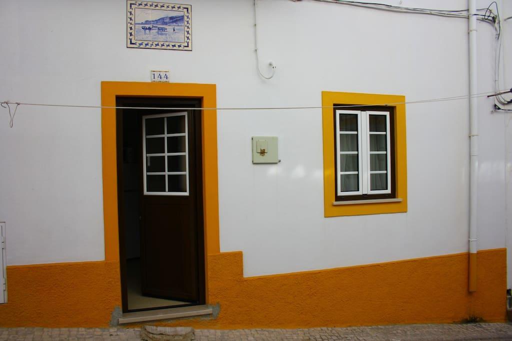 Porta de entrada e janela do quarto 1