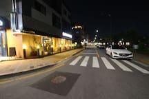 숙소앞 신동 까페거리입니다.^^