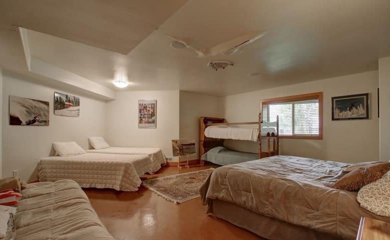 """Lake Front Luxury- """"Bunk Room"""" - Big Lake - Haus"""