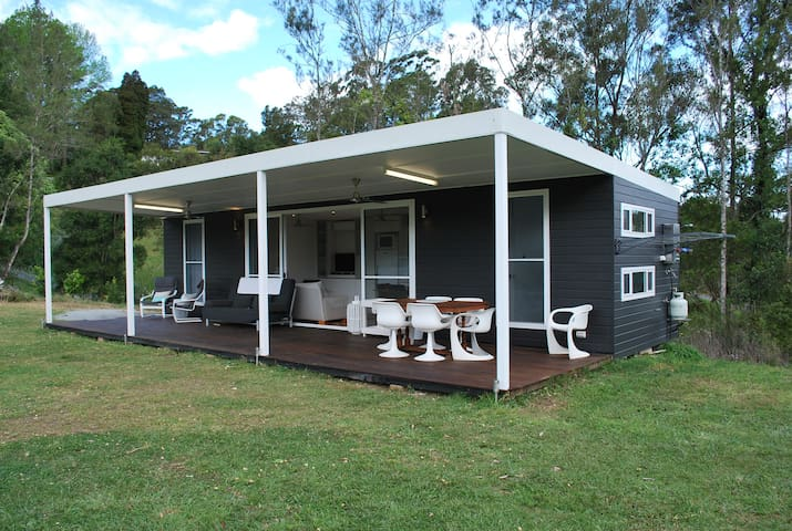 Cool 2 bedroom cabin on large flat lawn, pets ok - Repton