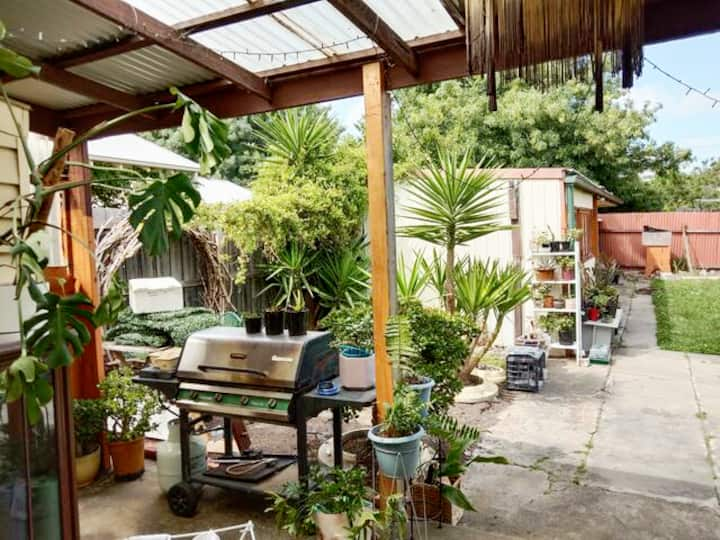 Relaxed Garden Oasis Brunswick, retro sharehouse!