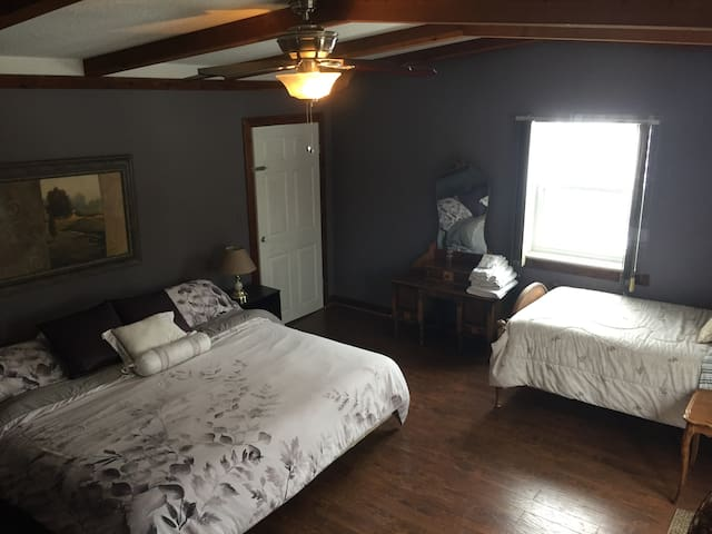 McIvor House on the Bruce - Suite Bedroom - Wiarton - Hus