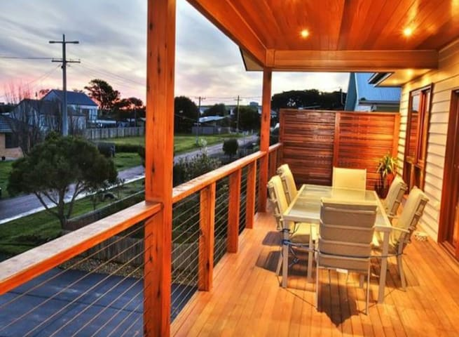 Modern airy double story home - Sunderland Bay - 一軒家