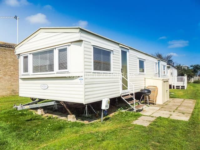 5 berth caravan for hire by the beach at California cliffs in Norfolk ref 50031