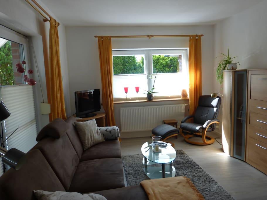 Wohnzimmer mit ausziehbarem Schlafsofa u. Fernsehsessel