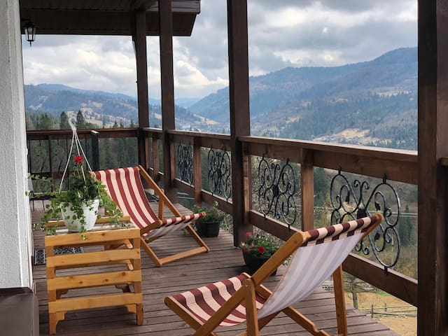 Шале с панорамными окнами и видом на горы