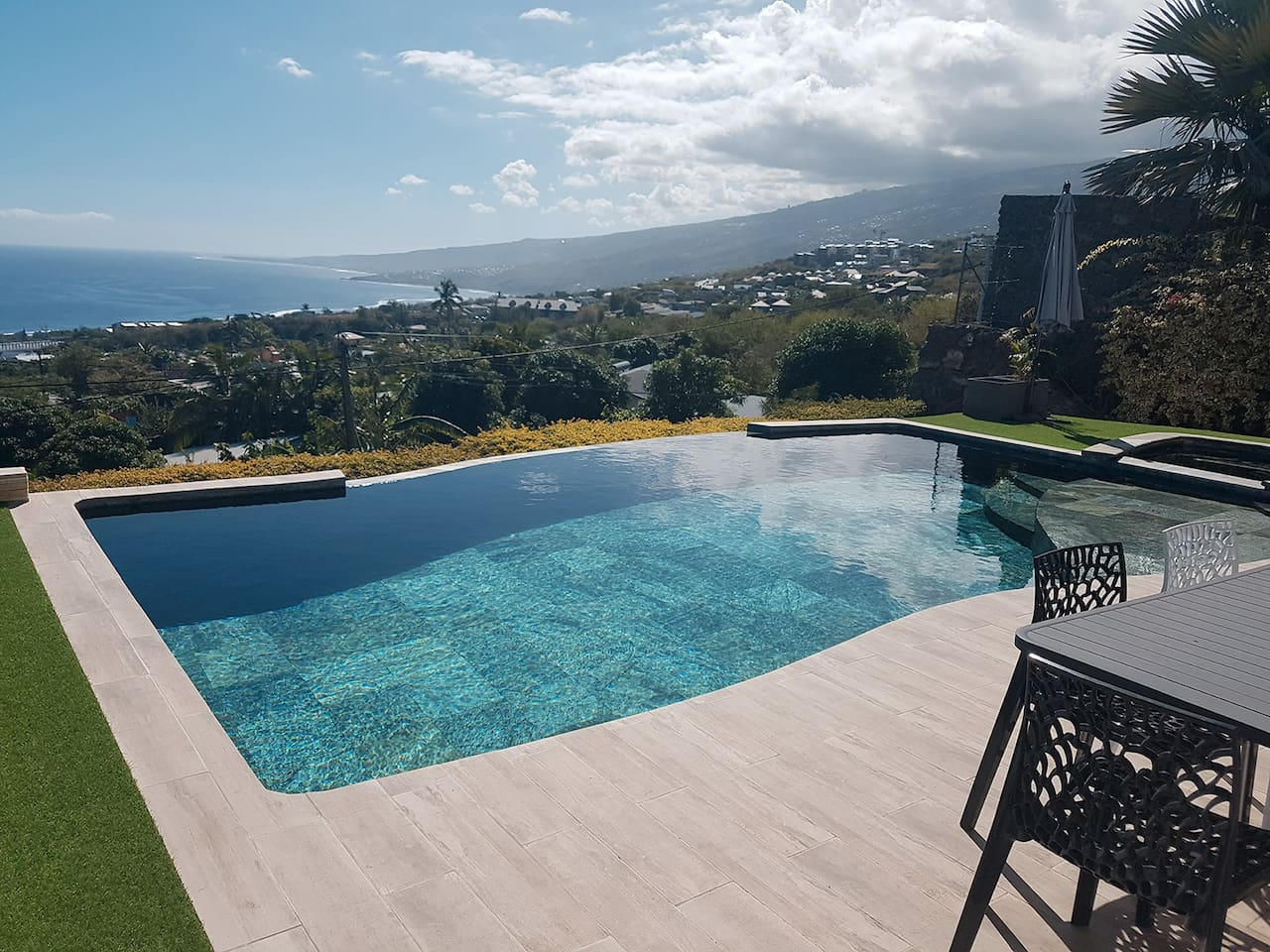 Magnifique vue sur l'océan et la piscine à débordement