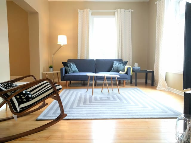 ☀ Big & Bright ☀  Private Main Suite in Wolseley