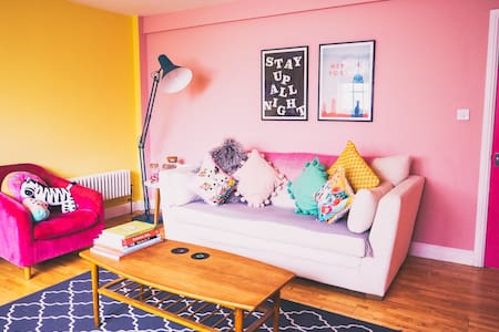Colourful Apartment - Near Dreamland & Old Town!