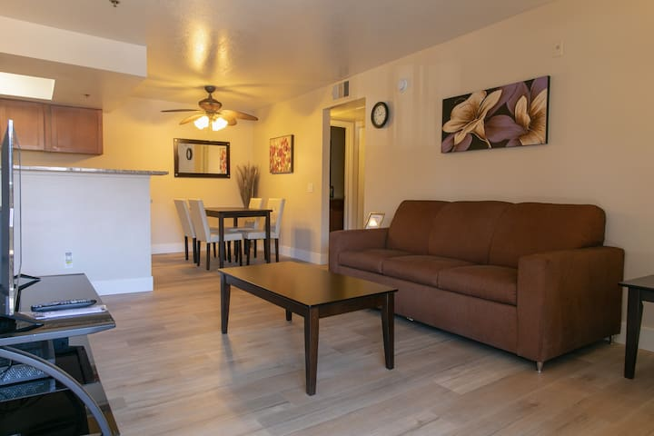 Comfy 2BR/2BA,Near Strip,Free Parking/Gym/Spa/Pool