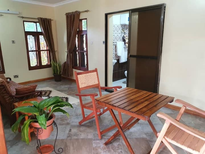 Bahari Breeze: Charming Renovated 1 Bedroom Home