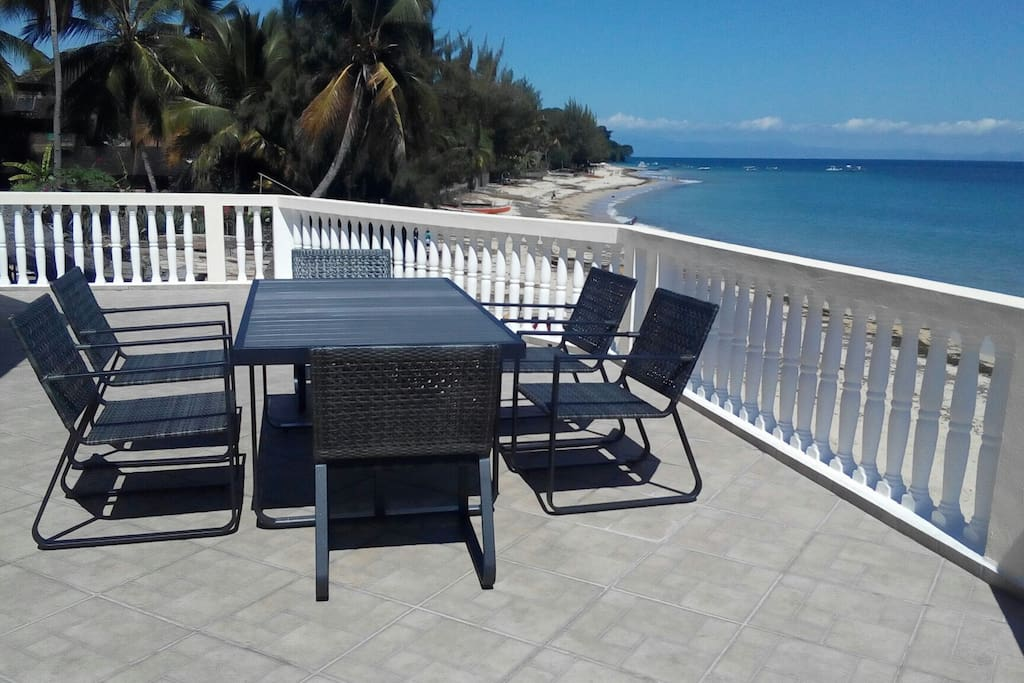 Terrasse offrant une vue exceptionnelle sur la plage de Madirokely.