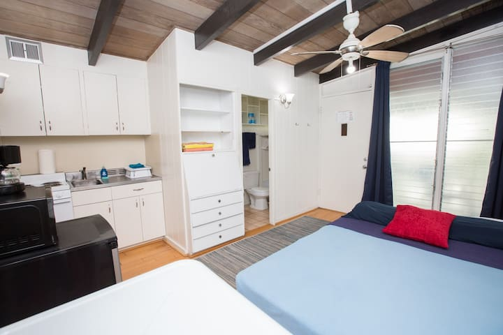 Beachy Waikiki Studio- Unit F - *30 DAY MINIMUM*