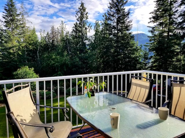 Cozy Home in Shuswap Lakes Estates, Blind Bay.