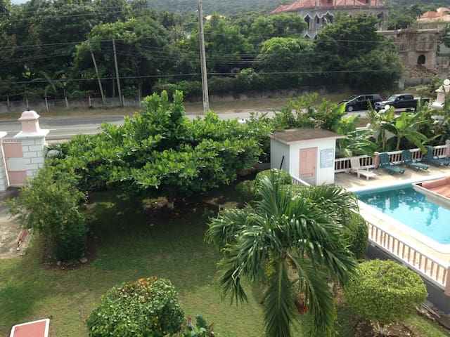 Jam Shak - Secure Gated Apartment with Pool