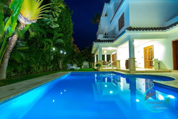 CLOSE TO THE BEACH! LUX VILLA GEMELA, 6BR, 9BT
