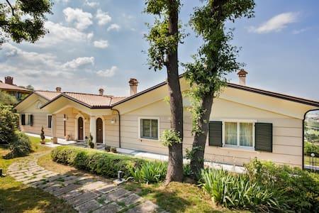 Villa Montescudo per max 13 persone