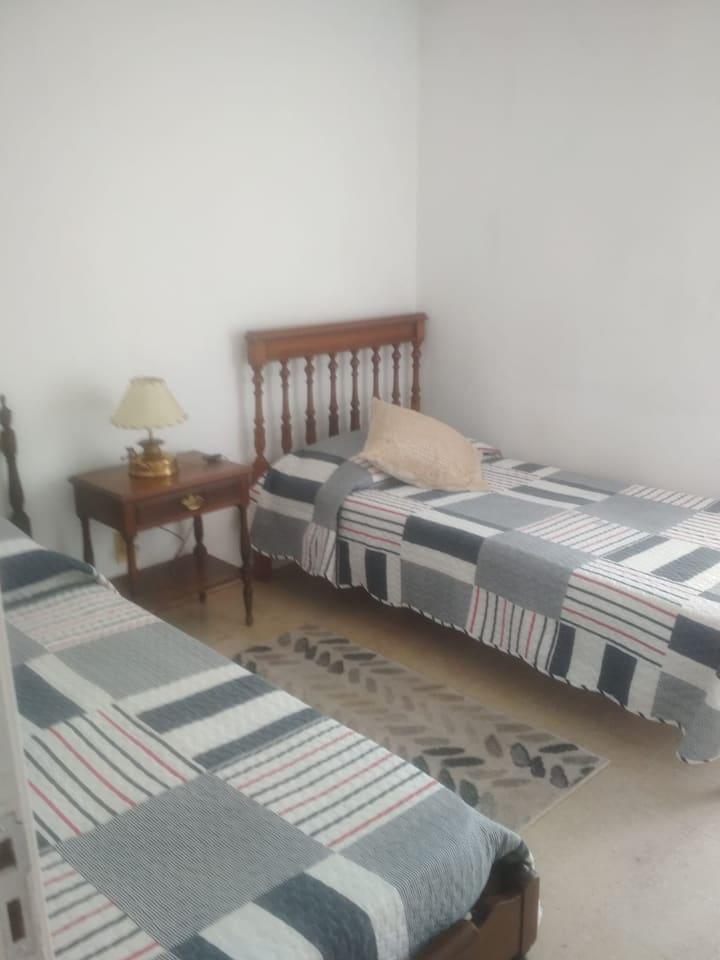 Luminosa habitación con 2 camas