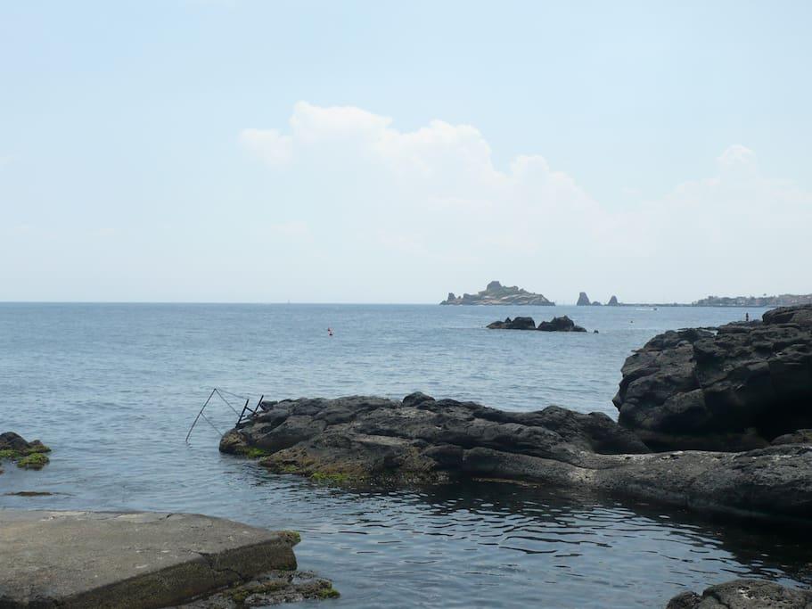 discesa a mare con vista su faraglioni acitrezza e isola lachea