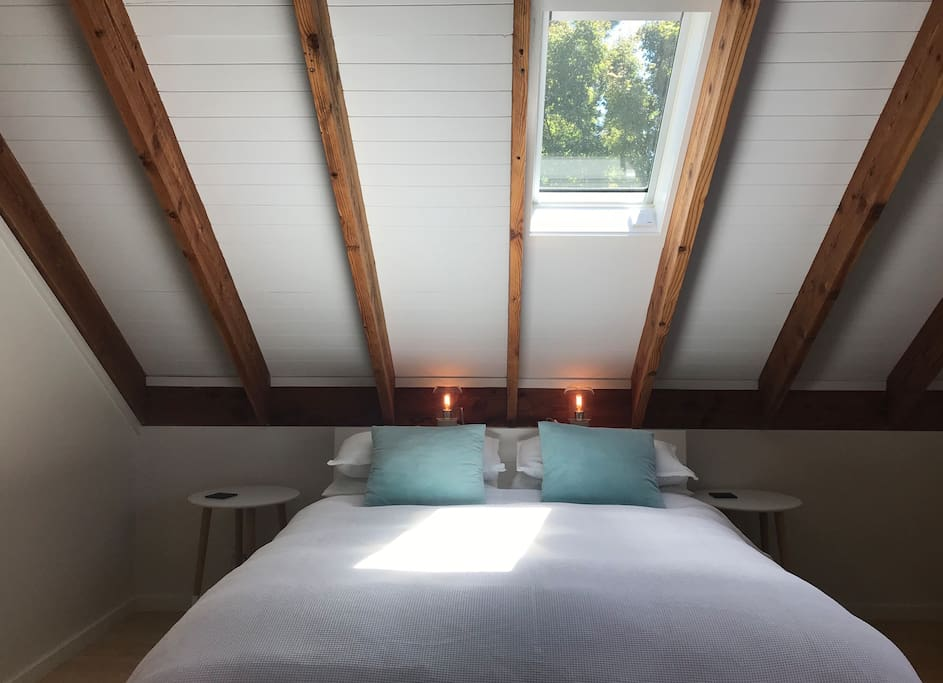 Skylight to view the stars through,  also with auto blind to darken the room if you would like. Brand new bed with electric blanket for the cooler nights.