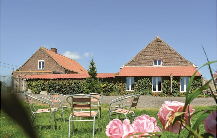 Former farm house with 5 bedrooms on 300m² in Hollebeke