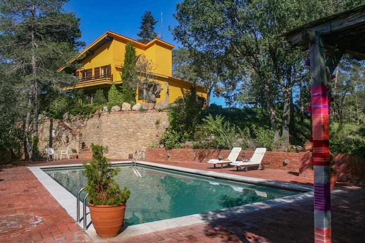 Fantastica villa muy espaciosa con piscina privada a 50 kilómetros de Barcelona
