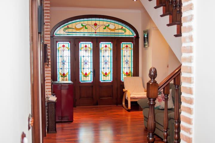 Puerta de entrada a la casa.