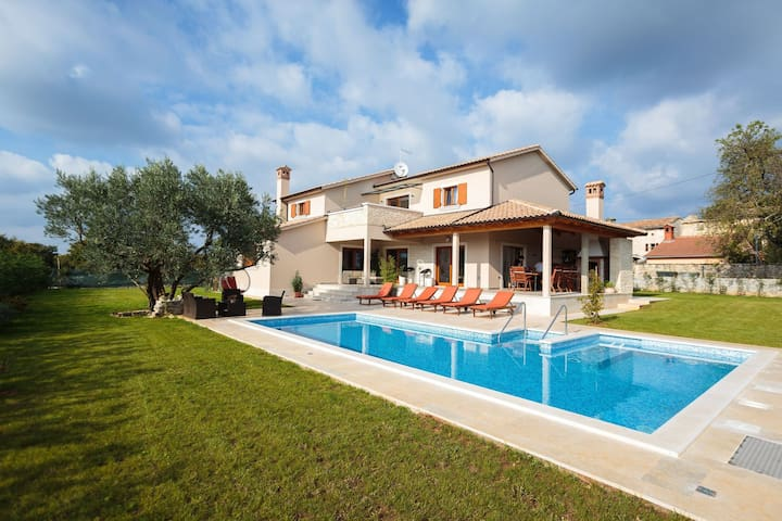 Beautiful, spacious villa with private swimming pool and jacuzzi, 20 km from famous Rovinj