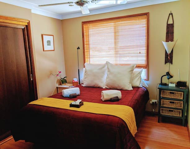 Relaxing well lit space. Room Opposite your private drawing room, next to bathroom with separate toilet. Comfy Queen bed, dual bedside drawers, built-in cupboard, reading lights.