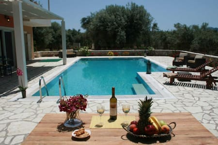 Villa Niriides - Private secluded villa with very big swimming pool - レフカダ