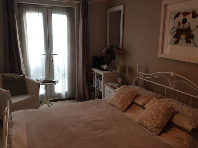 Smart room with en suite in Welwyn.