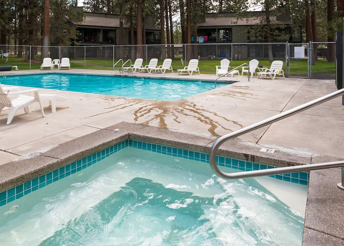 4th Sisters Lodge - 2 bedroom / 2 bath condo with community pool and hot tub