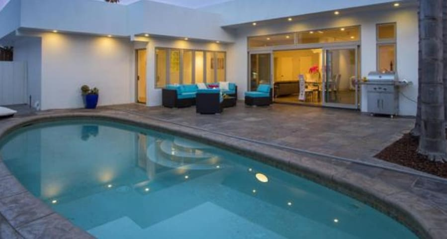 Beach Close (2 Blocks), Spacious w/Pool & Hot Tub