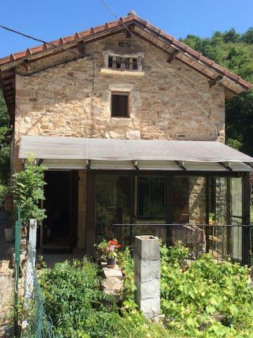 Maison en pierre dans village remarquable