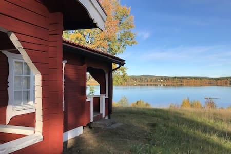 Timmerstuga vid sjö i Värmland