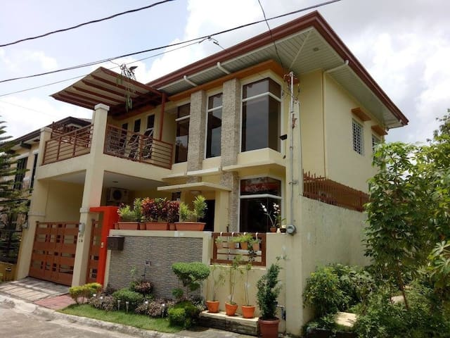Modern, 3 bedrooms house high end subdivision.