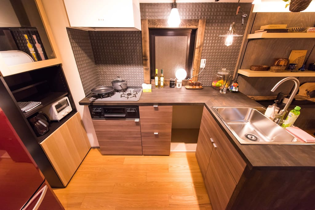 Clean and nice kitchen, you could have a nice dinner in the travel. 漂亮整洁的厨房,即使是在旅行之中,你也可以为自己做一顿丰盛的大餐。