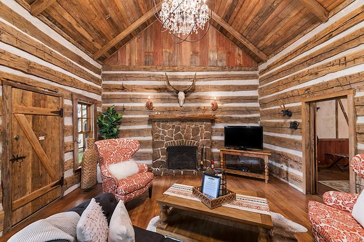Absolutely Charming Buckhorn Cabin with private hot tub and fireplace