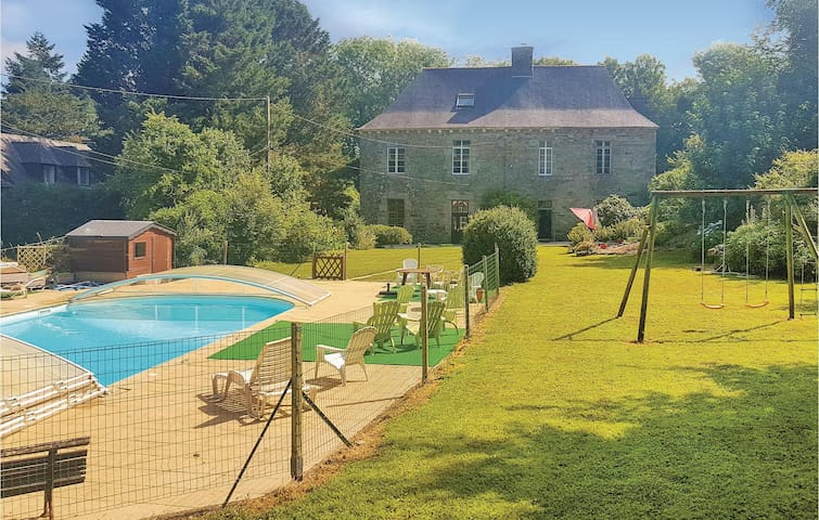Holiday cottage with 6 bedrooms on 227m² in Spezet