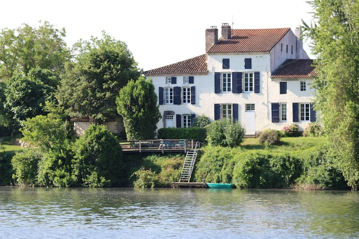 Les Tabacs luxurious riverside gîte
