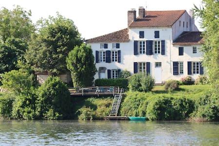 Les Tabacs luxurious riverside gîte - Clairac - วิลล่า