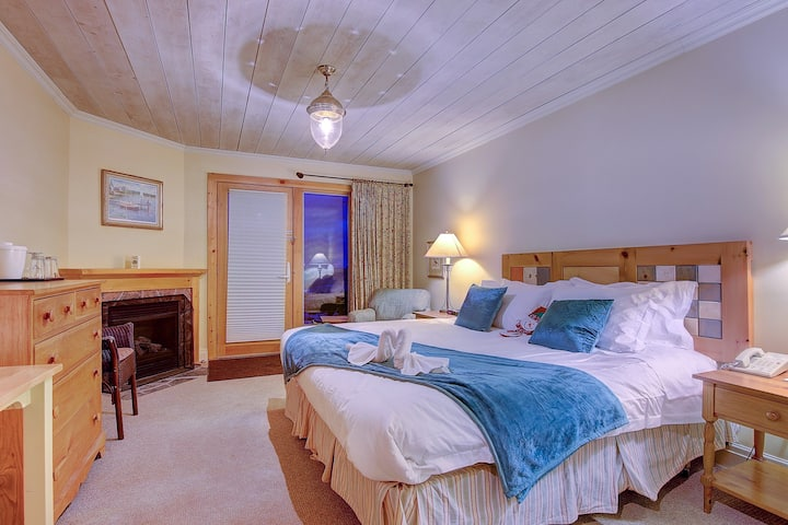 Beautiful Lakeview guest room