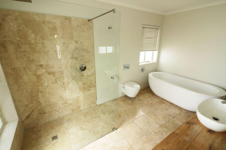 Main en-suite bathroom.