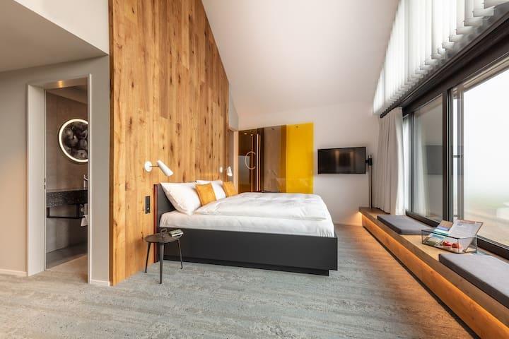 Helles Holz Zimmer - King Size Bett