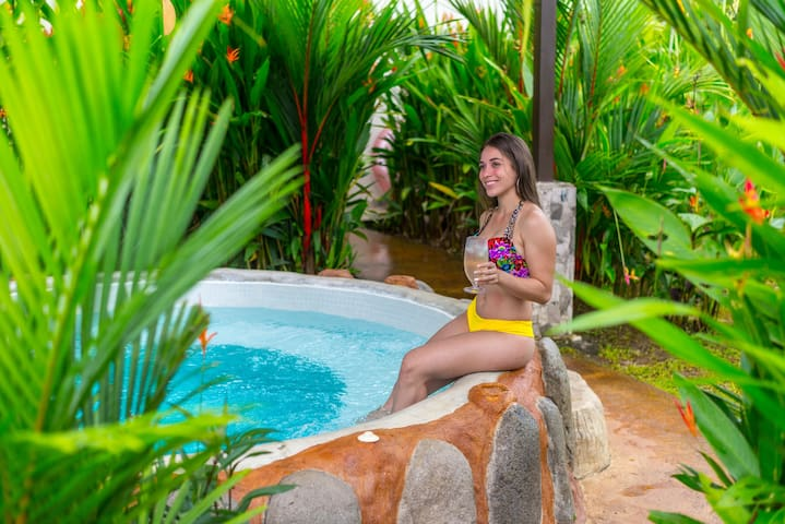 Arenal Villa Mara with Pool, Jacuzzi & A/C